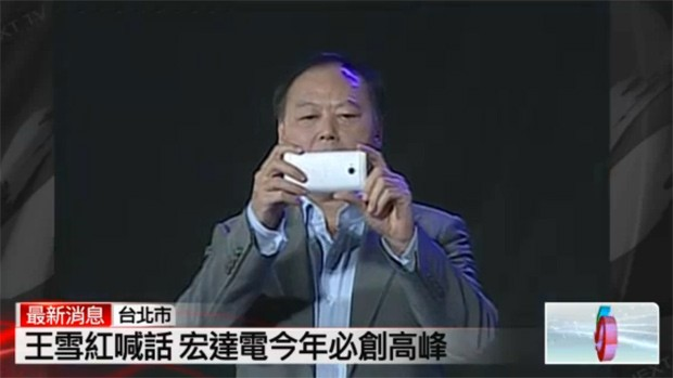 HTC's CEO holding what a appears to be an unreleased M7