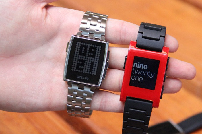 Left: Pebble Steel. right: original plastic Pebble