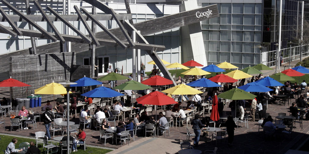 Employees take their lunch break in the sun at Google headquarters in Mountain View, California March 3, 2008. REUTERS/Erin Siegal (UNITED STATES) - RTR1XUQ7