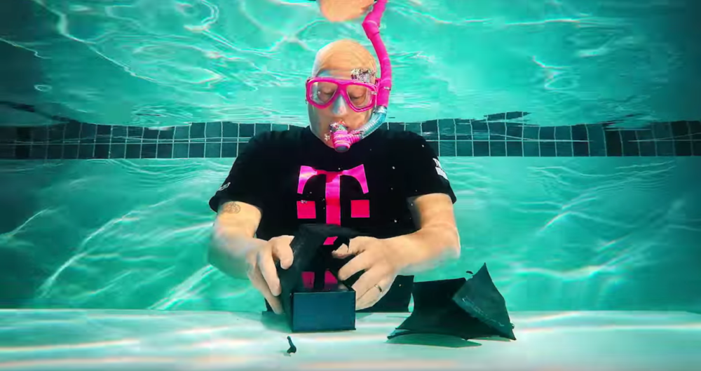 T-Mobile | Underwater Unboxing of the new Samsung Galaxy S7 | Product Preview - YouTube 2016-02-23 19-06-42