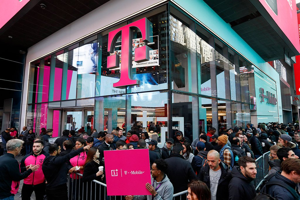oneplus t-mobile store crowd