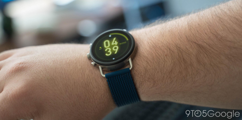 So verwenden Sie eine Wear OS-Uhr am rechten Handgelenk und drehen die Benutzeroberfläche um 180 Grad um